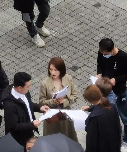 网友偶遇高圆圆拍戏,搭档王耀庆认真对台词,女神颜值爆表!