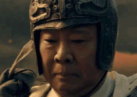 郭德纲演赵子龙,造型有模有样,穿着银盔披着白袍,还骑着骏马