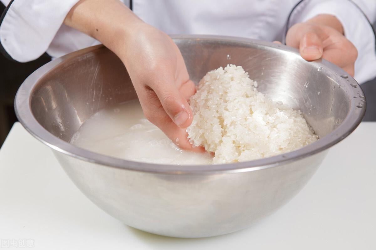 煮米饭,不要直接加水下锅,学会重要2步,米饭更软糯,越嚼越香