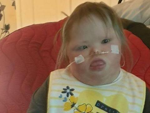 可怜的英国唐氏综合症女孩正在筹集善款,否则只能在地板上吃饭