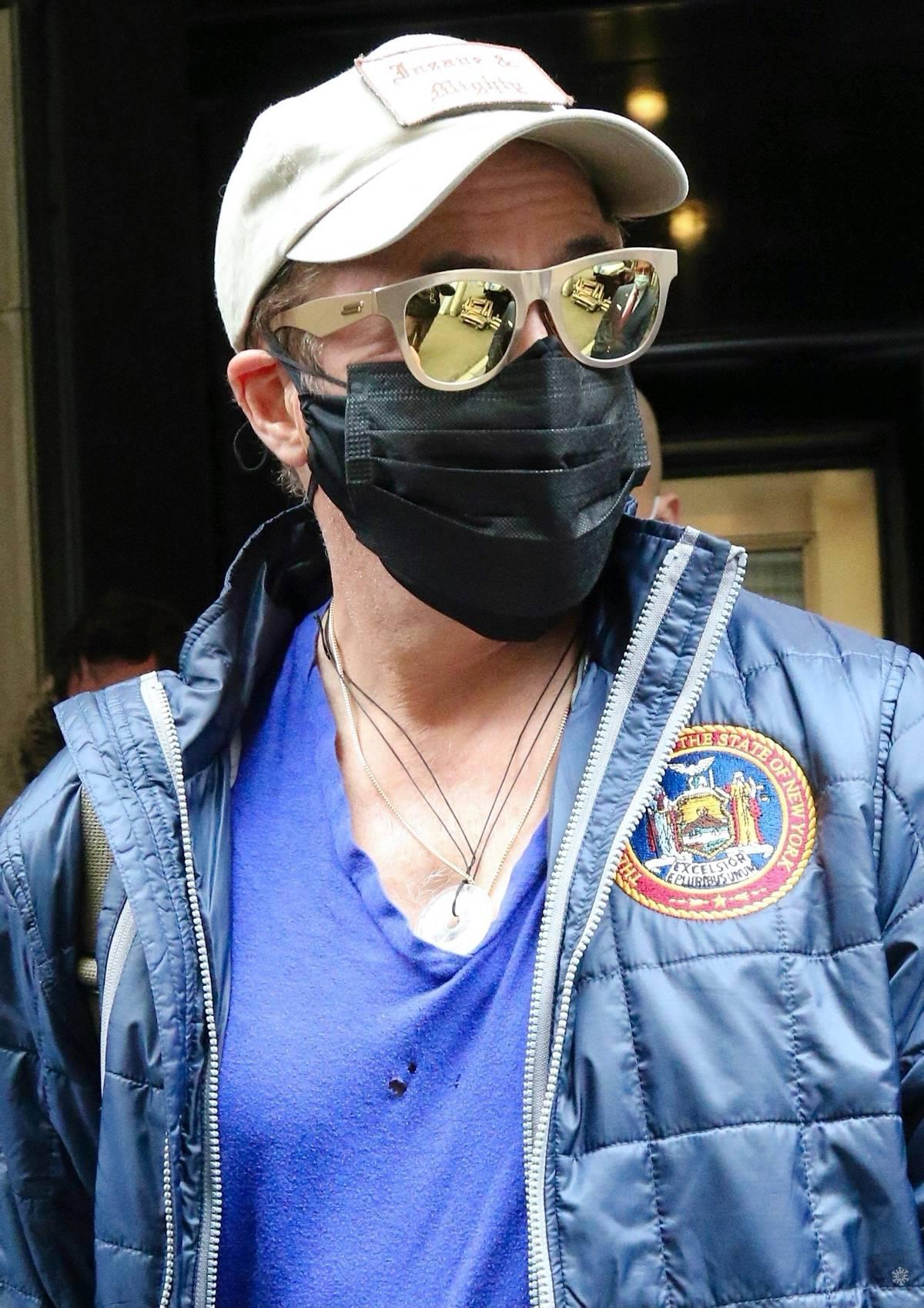 天悦平台唐尼最新街拍曝光,紫色背心胸口烂两洞,钢铁侠退休后生活太节俭
