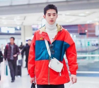梁靖康将白色毛衣的高领展开,典型的男生脖子帅,阳光帅气