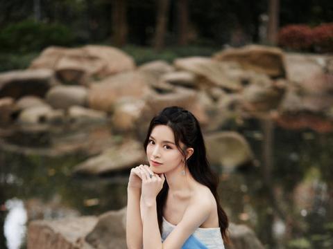 文咏珊一袭蓝色抹胸裙美成在逃公主,浪漫长卷发披肩,甜美似仙女