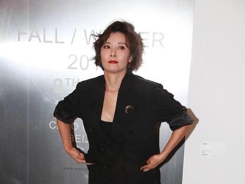 柯蓝气质真绝了,黑色西装配黑裙干练优雅,但浓妆略显违和