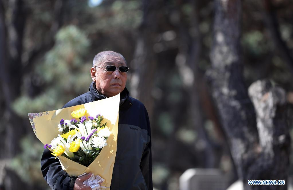 A descendant of martyr arrives to do condolence with flowers at the Chinese People's Volunteers (CPV) martyrs' cemetery in Shenyang, capital of northeast China's Liaoning Province, April 4, 2021. A commemoration activity was held here on Sunday to pay tribute to martyrs on the occasion of Tomb-Sweeping Day. (Xinhua/Yao Jianfeng)