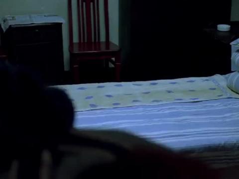 人在囧途:一间房就只有一张床,两个大男人要挤着睡,太悲催了!