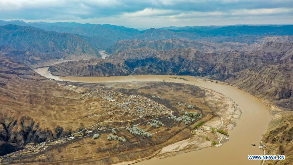 Aerial photo taken on April 4, 2021 shows the scenery of Nanchangtan Village in the Heishan Gorge area in Zhongwei City, northwest China's Ningxia Hui Autonomous Region. Heishan Gorge is located in the upper reaches of the Yellow River, with a total length of over 70 kilometers. (Xinhua/Feng Kaihua)