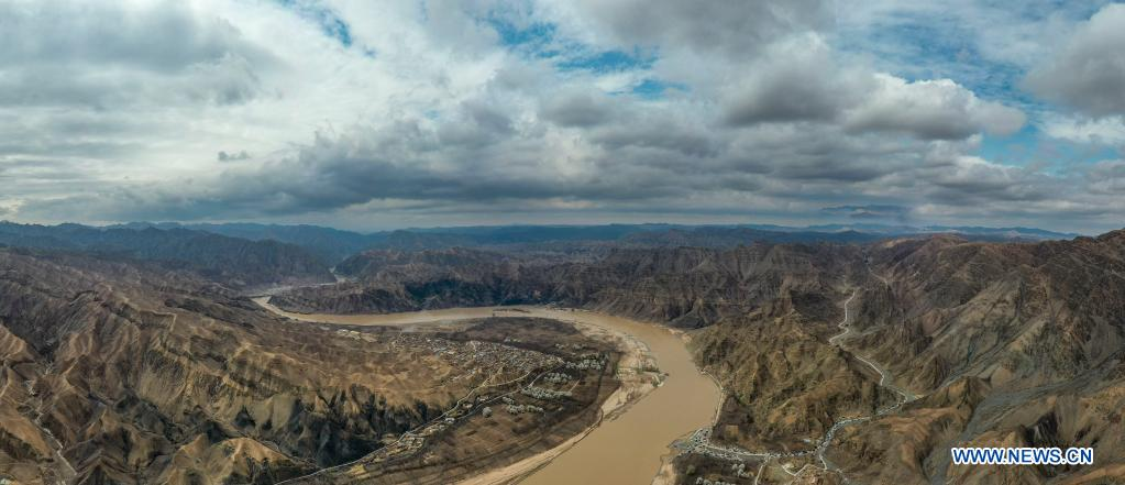 Aerial photo taken on April 4, 2021 shows the scenery of the Yellow River in the Heishan Gorge area in Zhongwei City, northwest China's Ningxia Hui Autonomous Region. Heishan Gorge is located in the upper reaches of the Yellow River, with a total length of over 70 kilometers. (Xinhua/Feng Kaihua)