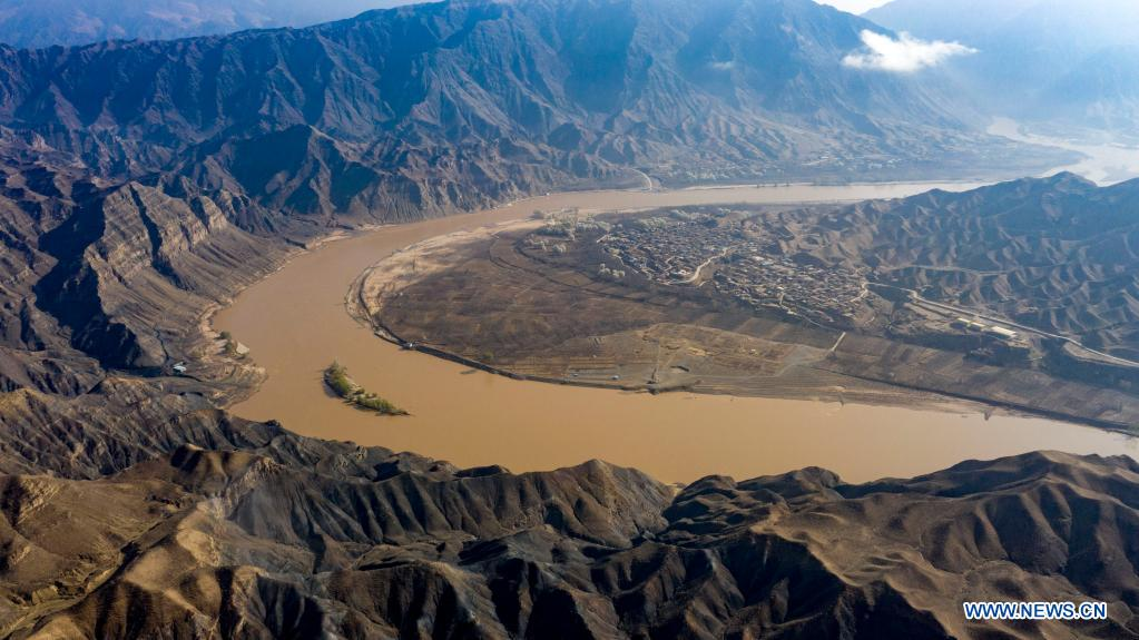 Aerial photo taken on April 5, 2021 shows the scenery of Nanchangtan Village in the Heishan Gorge area in Zhongwei City, northwest China's Ningxia Hui Autonomous Region. Heishan Gorge is located in the upper reaches of the Yellow River, with a total length of over 70 kilometers. (Xinhua/Feng Kaihua)