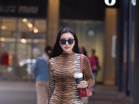 看腻了豹纹花纹,看看虎纹印花裙,时髦百搭自带小野性