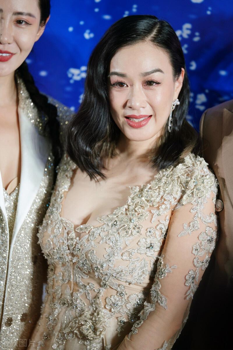 钟丽缇与老公张伦硕,大秀恩爱,有福气