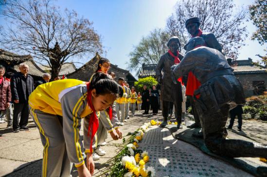 《英雄归来》雕塑落成揭幕仪式在台儿庄古城举行