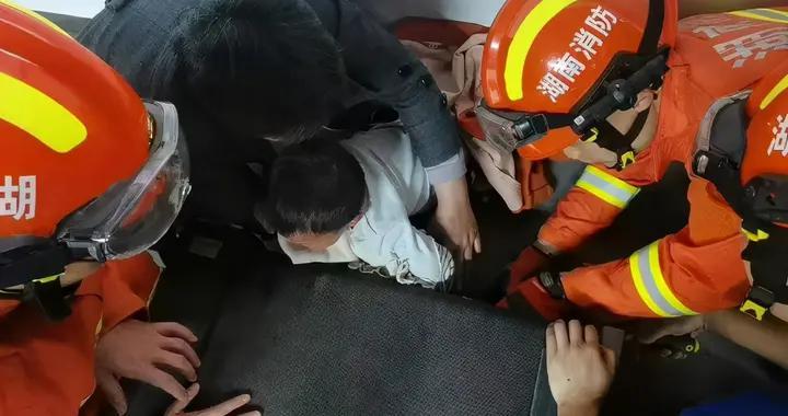 儿童要远离跑步机!张家界5岁男童和外公去健身,从跑步机掉落后被卡住