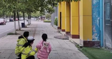 女童独自哭着横穿马路,交警陪她聊动画片护送回家