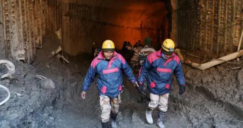 印度工人清理化粪池时吸入有毒气体 致2死1伤