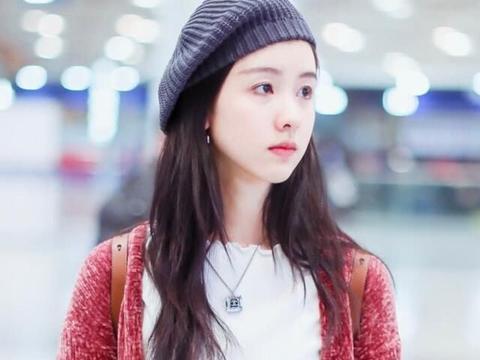 """25岁的陈都灵,穿""""珊瑚外套""""现身,却像个18岁的少女,太靓丽了"""