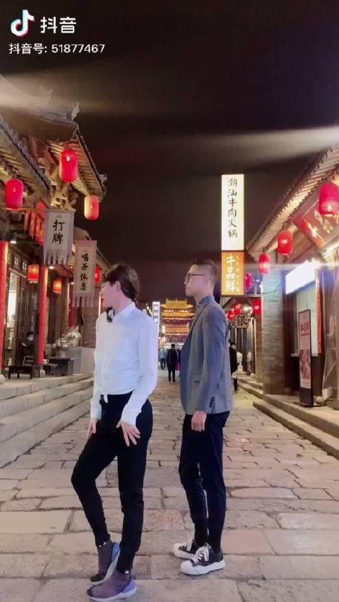 """这位半男半女的老兄,又去祸害忻州古城了,还自称""""巨星""""……"""