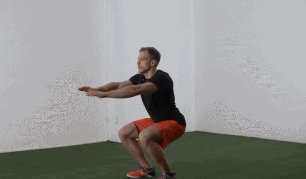 想要同时提升腿部力量和减脂,你可以试试每天做5分钟深蹲