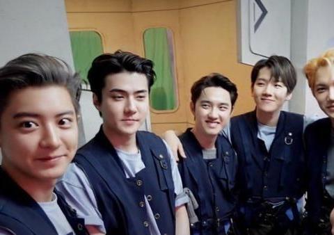 EXO9周年合体登场,朴灿烈台词少吴世勋瘦回神颜,边伯贤让位。