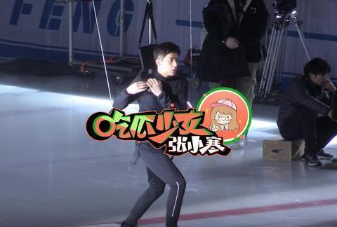 王安宇滑冰帅气一秒钟 被威亚勒到屡次整理裤裆