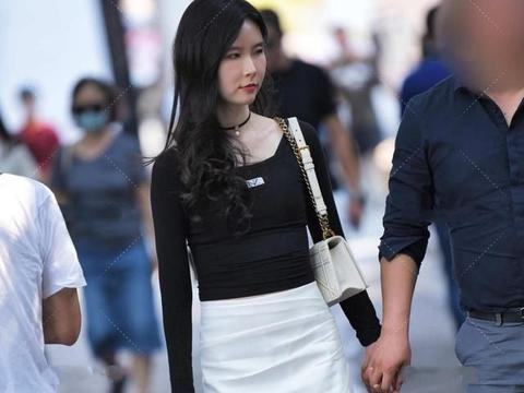 A字短裙,显高显瘦,搭配不同上衣,彰显出不同时尚感