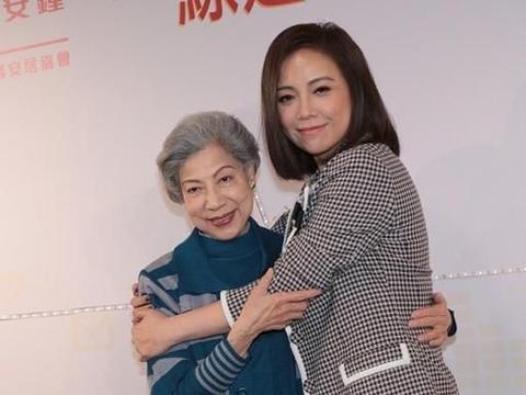 奶奶辈的罗兰遇上妈妈辈的邓萃雯,相差32岁,穿搭却大相径庭
