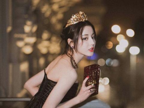 姜思达奇葩造型引热议,半露肩膀穿女装,还有十几位保镖撑场子