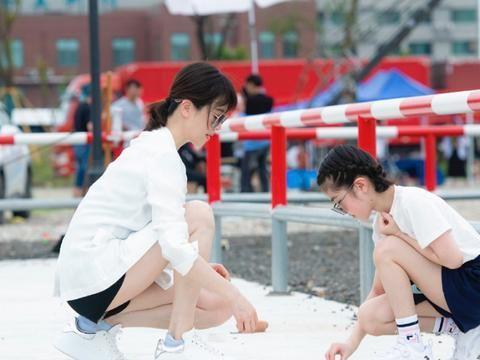 左小青与女儿出游,穿衬衫搭配西服时尚俏皮,女儿大长腿最抢眼