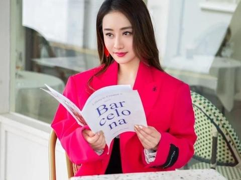 减龄亮丽玫红色,陈德容的西装,温碧霞的裙装,打造了时尚少女