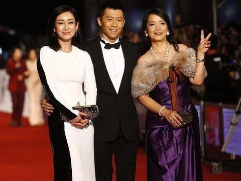 吕丽萍太适合贵妇风了,化大浓妆穿紫色裙子,身材窈窕还有点媚