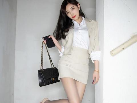 长发美女一身米色职业装居然也能如此清秀高雅,时尚迷人