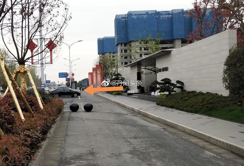 有网友发现在丹阳华南路鱼跃对面的非机动车道上……