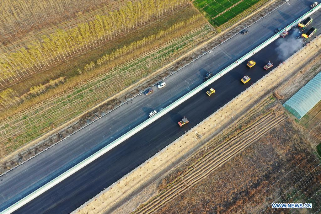 Aerial photo taken on April 7, 2020 shows the construction site of the Beijing-Dezhou expressway in north China's Hebei Province. The first phase of the expressway linking Beijing Daxing International Airport and Dezhou City in Hebei is expected to be put into operation in May 2021. (Xinhua/Mu Yu)