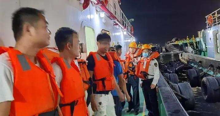 广东湛江6名钓友海上遇险 海事部门紧急救援