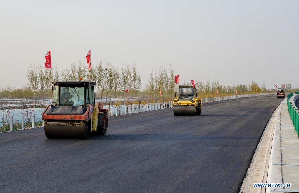 Photo taken on April 7, 2020 shows people working at the construction site of the Beijing-Dezhou expressway in north China's Hebei Province. The first phase of the expressway linking Beijing Daxing International Airport and Dezhou City in Hebei is expected to be put into operation in May 2021. (Xinhua/Mu Yu)