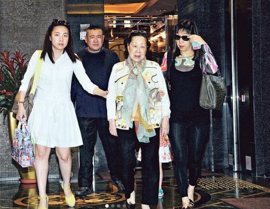 刘銮雄把家产都留给甘比,吕丽君一分没得,她为何不去告刘銮雄?