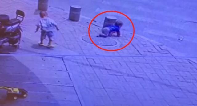 广东东莞:11个月弟弟突然爬上马路,2岁哥哥跑过去抱住不松手