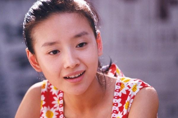 难怪张艺谋选白纸刘浩存做女主,原来20多年里他爱的是同一类女星