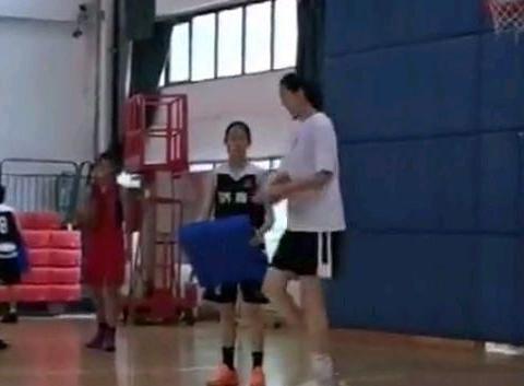 中国女篮又出神塔!14岁2米27超过姚明,接触篮球5年如今加入国青