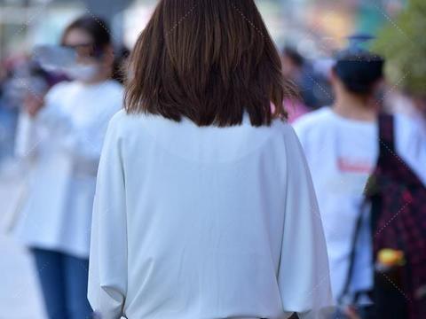白色防晒衫搭配青色吊带连衣裙,尽显女性魅力