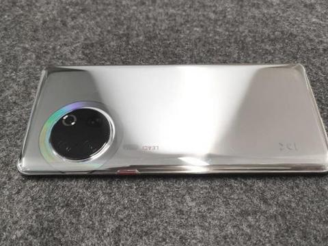 疑似华为P50系列原型机曝光 独特非对称式外观设计徕卡logo醒目