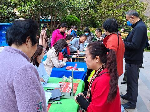 郑州:便民服务进楼院 疫苗接种在行动