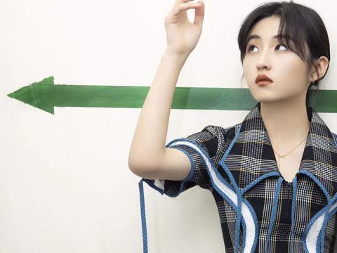 18岁少女风穿搭安排上了,张子枫这一组look超有质感哦