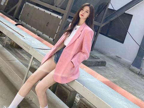 换季选粉色西装搭配白色衬衫,衣服虽简单,气场却很高级