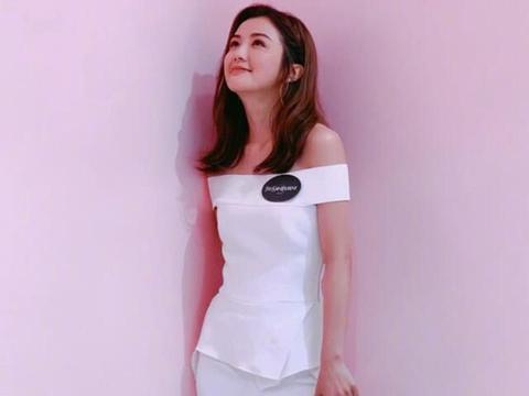 阿sa蔡卓妍越活越漂亮,一身白衣显少女气息,简答搭配气质非凡