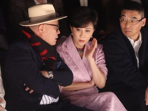 55岁刘嘉玲扮赫本,戴鸽子蛋大宝石项链,手臂赘肉明显难掩贵气