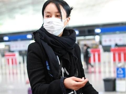 那英真怕冷,裹着围巾走机场,下搭一条喇叭裤气场全穿出来了!