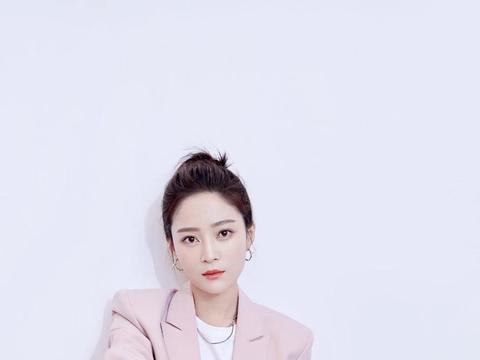 王媛可穿粉色系西装搭配丸子头,清爽甜美很有校花风