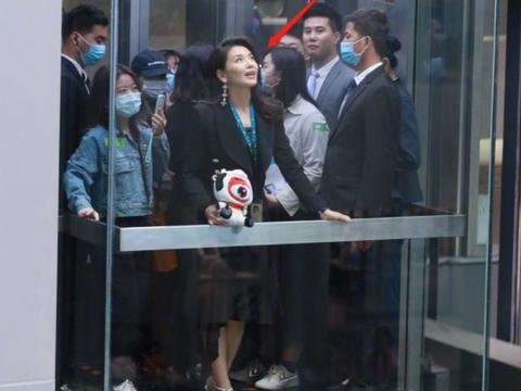 刘涛现身新浪扫楼,路人镜头状态好,怼脸自拍颜值过于真实