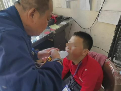 温州男孩舌头被卡塑料瓶 充血肿胀无法拔出 消防员上演舌尖救援